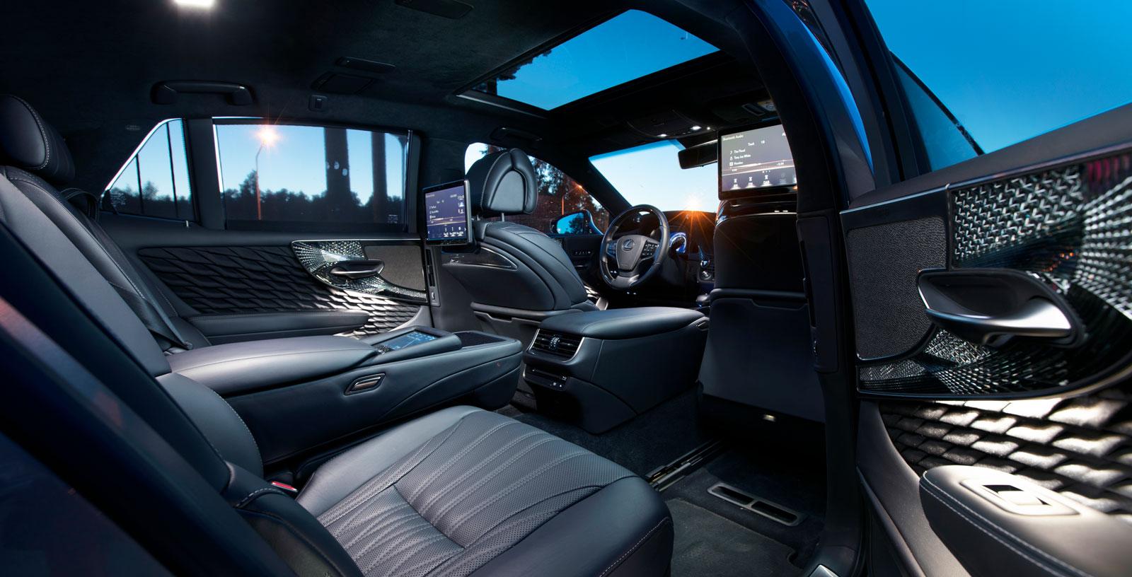 Lexus har ett högre grundpris än konkurrenterna. Men då ingår också i stort sett all lyxutrustning, inklusive de origami-inspirerade dörrsidorna.