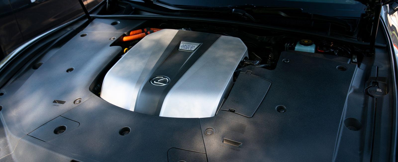 Se, men inte röra! Ett mer inkapslat motorrum än i Lexus LS 500h är svårt att hitta.