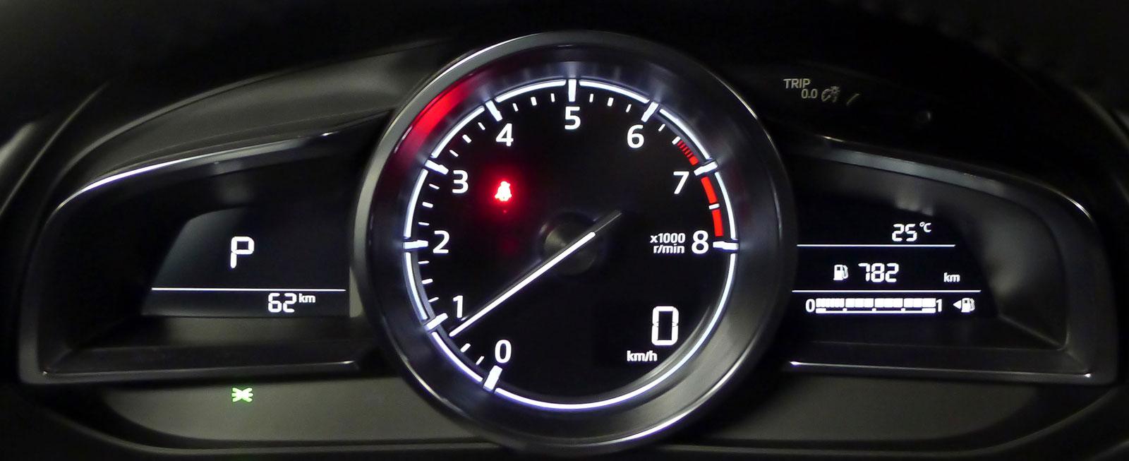 Mazda har en tajt instrumentgrupp med extremt stor varvräknare och bara en liten, digital hastighetsmätare. Grafiken är ny för i år och vindrutedisplayen har fått tydligare visning.
