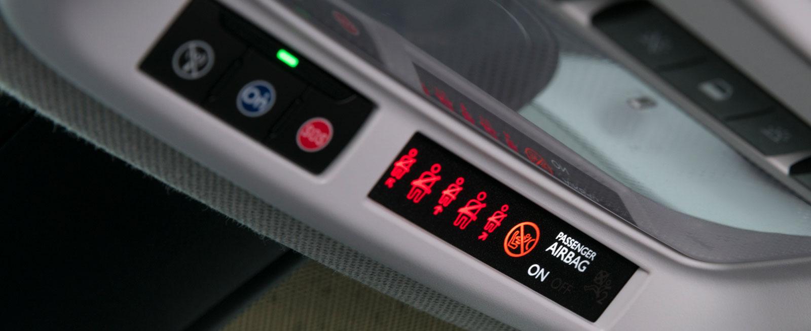 Ovanför Opels backspegel sitter bältespåminnarna prydligt på rad.