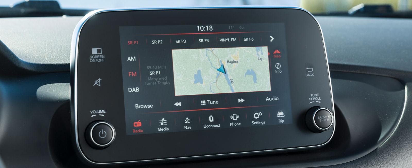 """Fiats Unconnect-system är pillrigt att hantera under körning och """"talar"""" inte svenska. Men funktionerna är det inget större fel på och pekskärmen är acceptabelt snabb."""