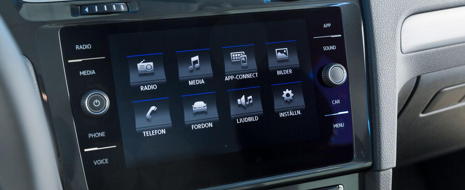 VW:s nya mediesystem gillades skarpt av testlaget. Utformningen är elegant, uppbyggnaden logisk och det går fortfarande att scrolla mellan flera funktioner.