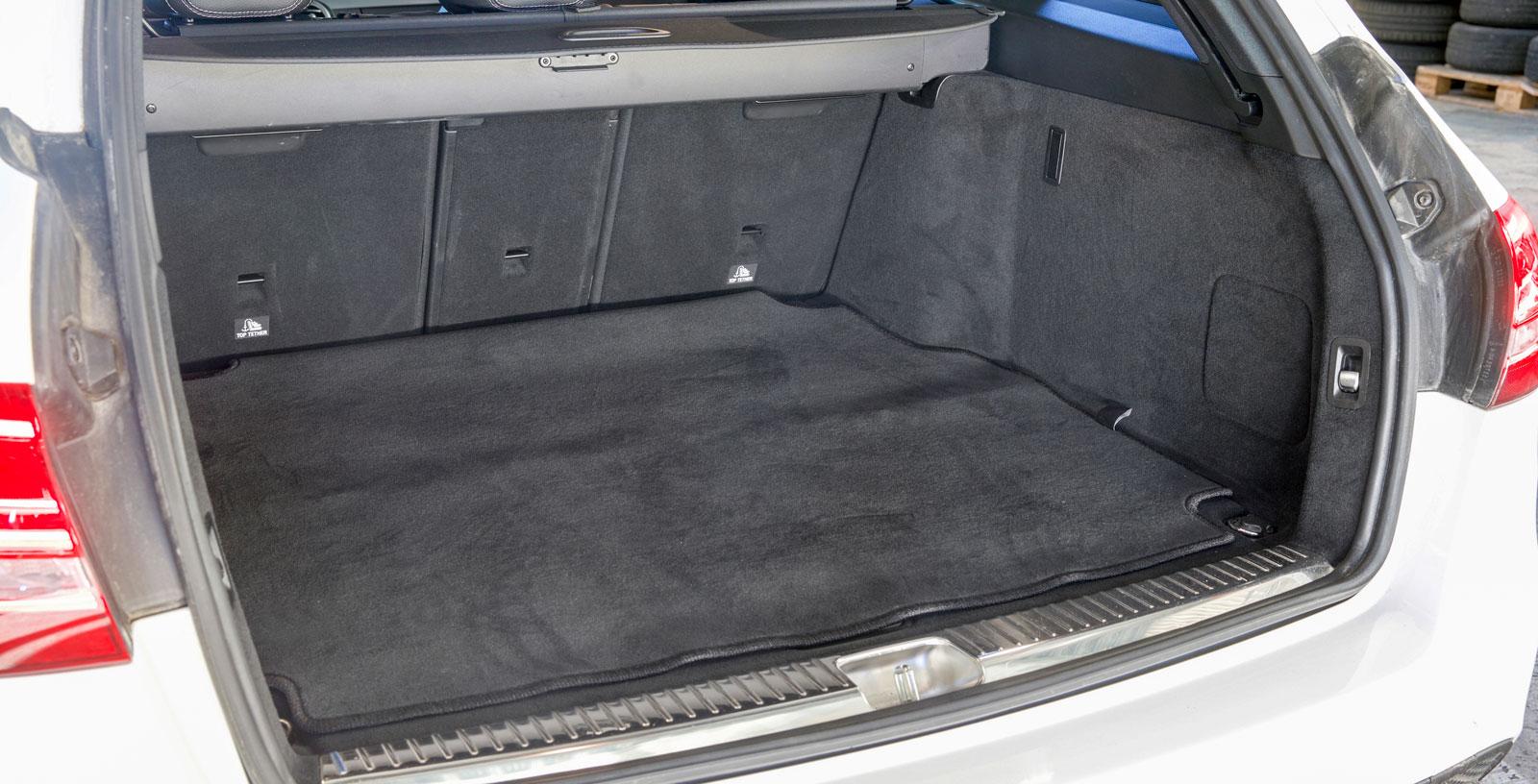 Utan att vara exceptionellt är bagageutrymmet i Mercedes testets största. Utformningen är ungefär som i Audi, ett extra plus för en ovanligt lättstädad golvmatta. Audi och Mercedes har elstyrd baklucka, vilket Volvo inte kan erbjuda.