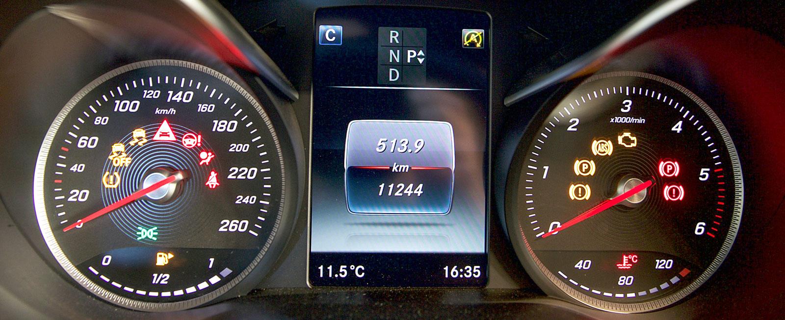I Mercedes råder omvänd ordning mellan hastighets- och varvräknare jämfört med Audi. Mätarna sitter i djupa holkar, mellan dem en färddator med sällsynt skarp grafik.