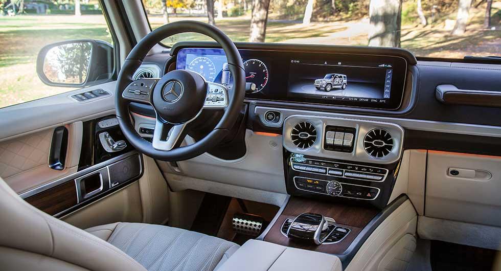 Rejält luftig förarplats med god ergonomi. Den stora skärmen i mitten är lättmanövrerad och logisk.
