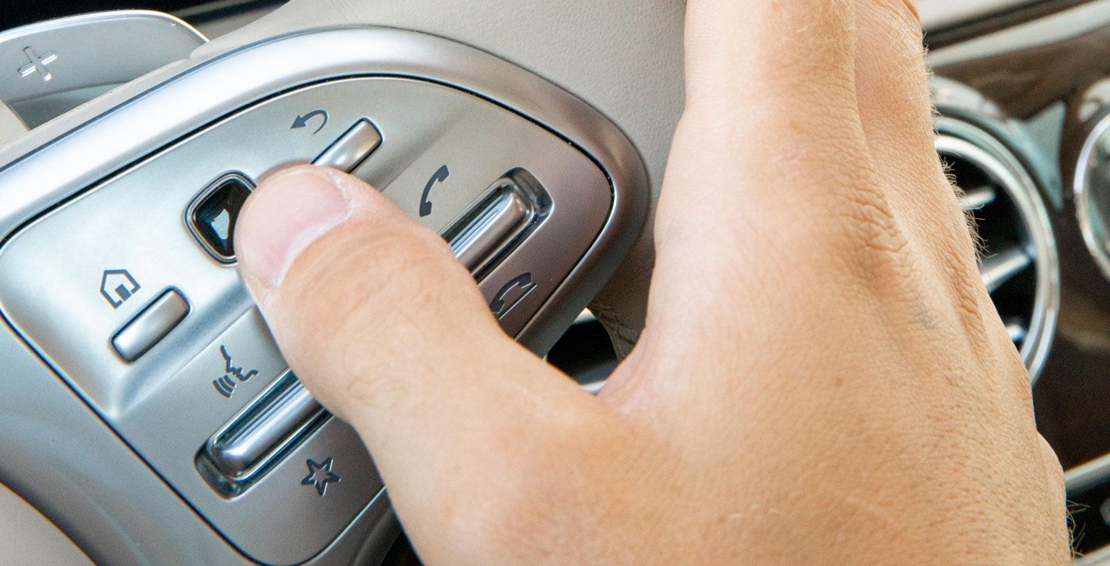 Systemet går även att sköta direkt från ratten, via små pekplattor i rattekrarna.