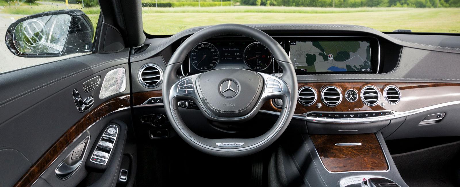 Ädelträ, skinn och krom. Mercedes bjuder på klassisk lyxbilsinredning.  Rattväxel (likadan som i Tesla) ger en renare mittkonsol.