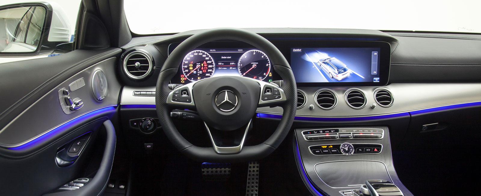 """Egenartad design, högklassig känsla och enkel skötsel trots reglagemängden. Panelbelysningen kan (i """"AMG-line interiör"""") skiftas i 64 färger…"""