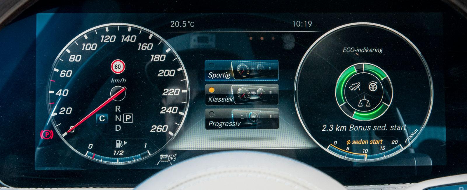 Mercedes digitala instrument ligger under ett drygt 31 cm långt täckglas och layouten kan enkelt skräddarsys efter förarens önskemål.