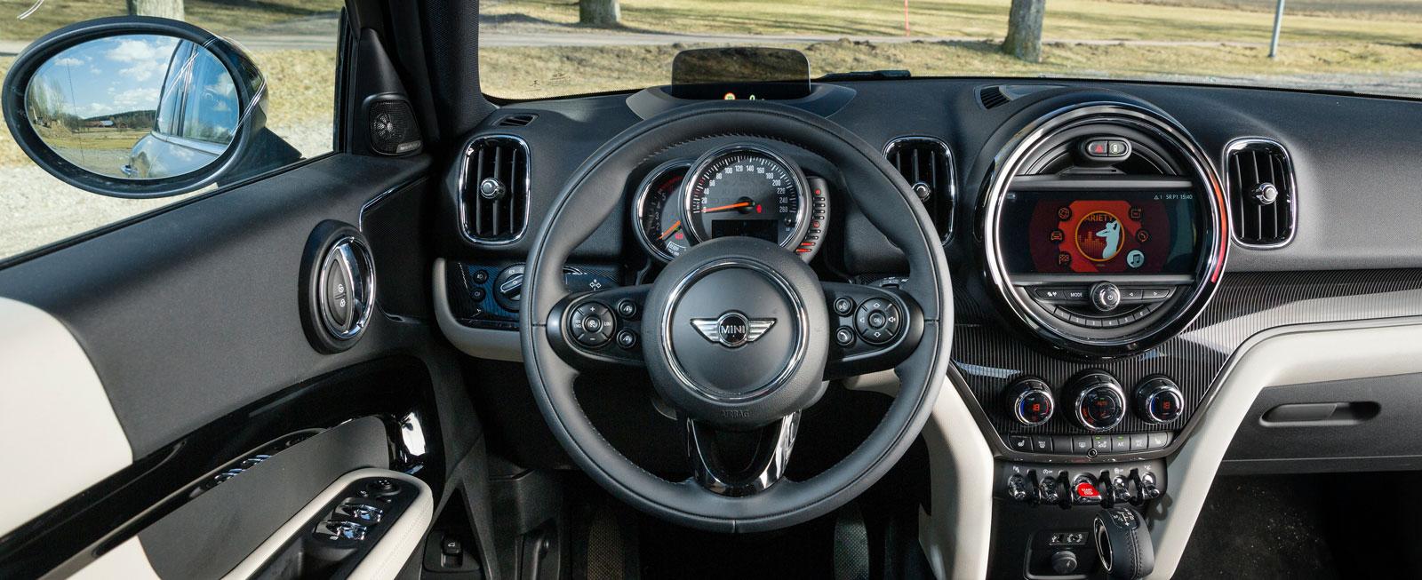 Påkostad i design och utförande. Helheten ger ett rörigt intryck men funktionaliteten bakom alla ytor är enkel och ungefär samma som i en BMW.
