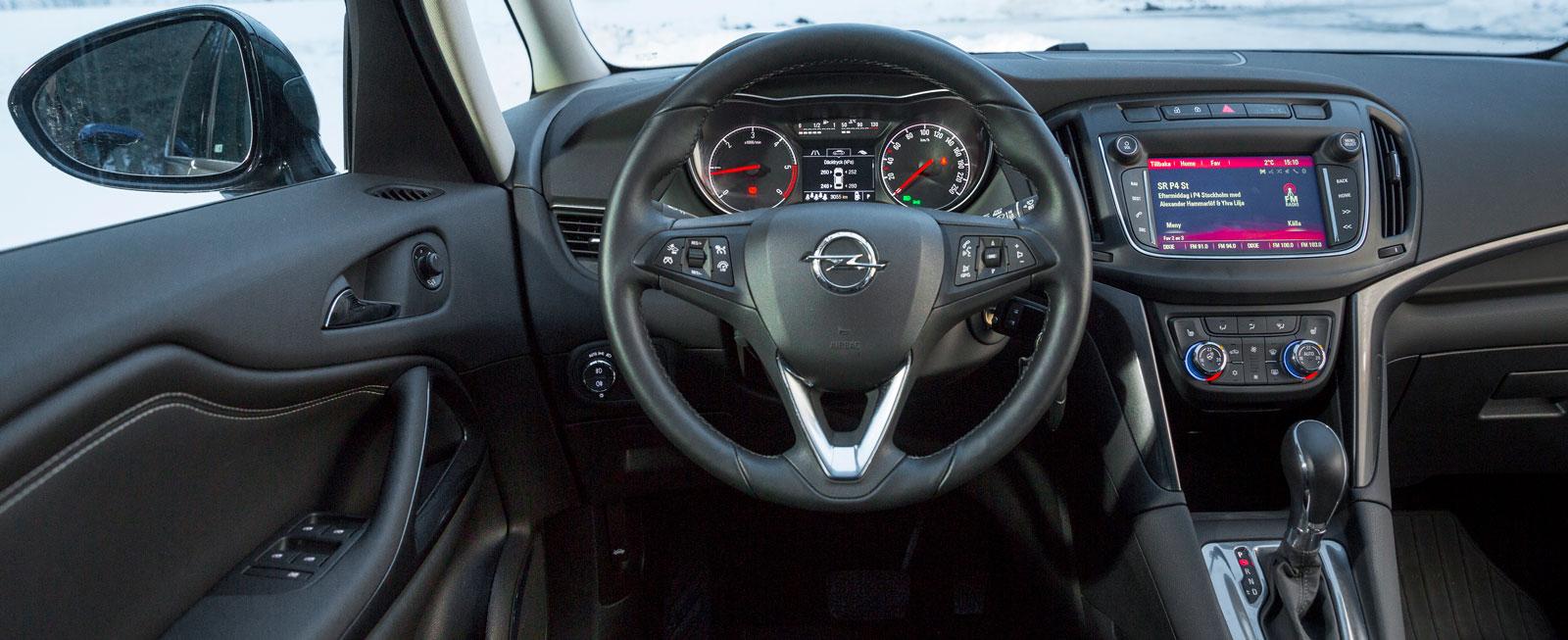 Inga konstigheter i Opel, med enkel och tydlig klimatanläggning. Pekskärmen på 7-tum är inte den bästa, men funktionerna lättbegripliga.
