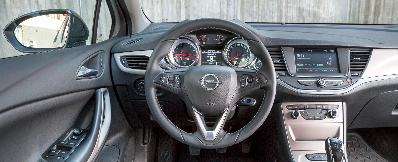 Opel har fått till en både snygg och funktionell förarmiljö. Medieskärmen är tydlig och lättanvänd och det allmänna kvalitetsintrycket gediget.