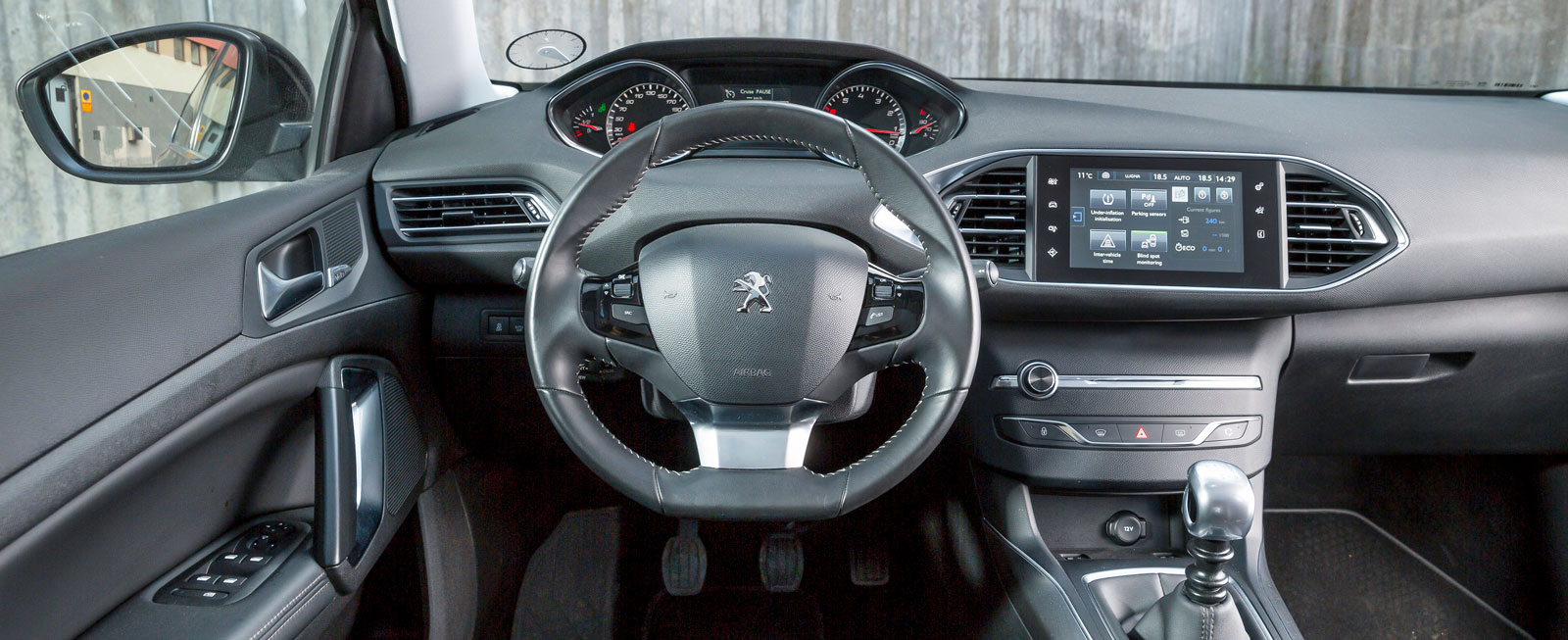 Få knappar, minimal ratt och högt placerade mätare. Peugeots förarmiljö är speciell, på gott och ont. Varför sköts exempelvis värmen via pekskärmen?