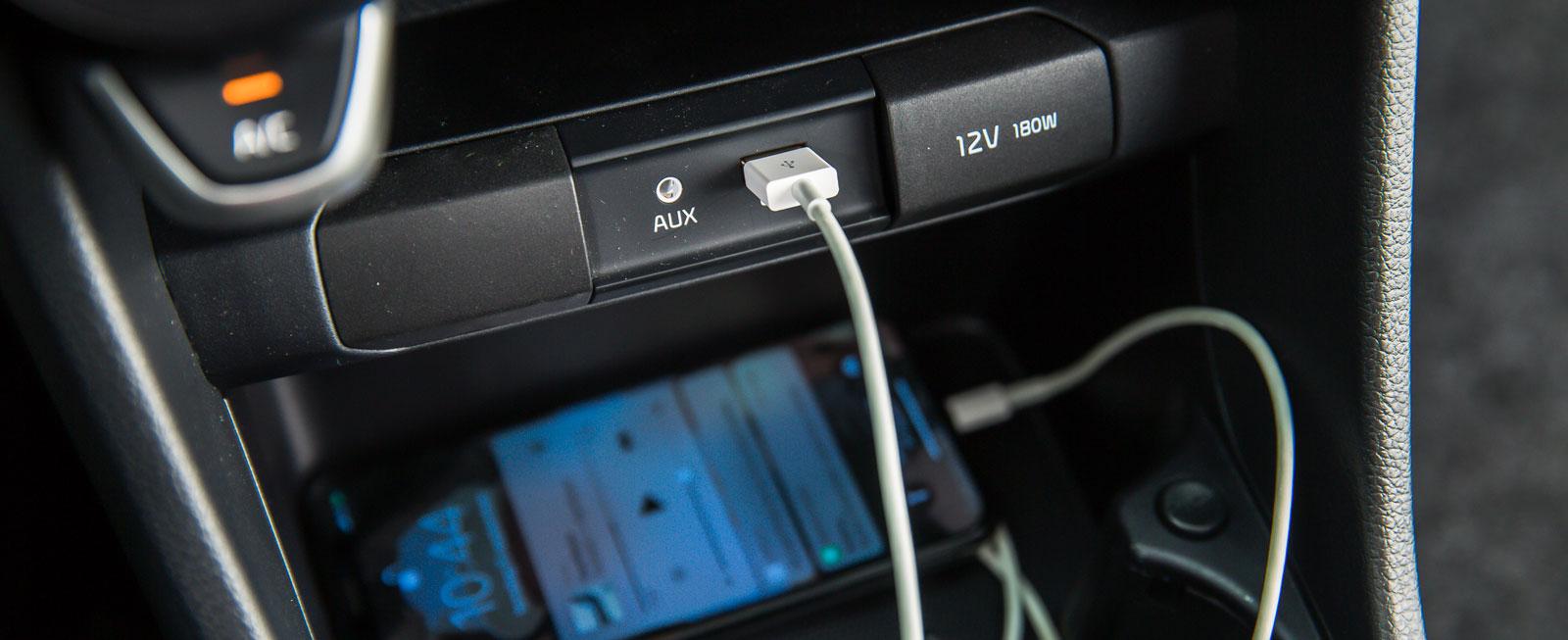 Uttagen för USB/AUX är belysta. Därmed slipper man treva efter dem i mörker.