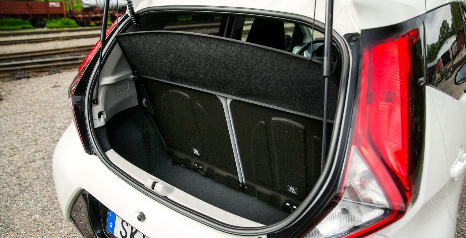 Kias bagageutrymme är testets rymligaste i VDA-liter mätt. Men i vårt praktiska lastprov blev den bara tvåa, efter VW Up.  Baksätets ryggstöd är fällbara i förhållandet 60/40 och dubbla kasskrokar finns, liksom en lampa. Under lastgolvet döljer sig ett nödreservhjul med tillhörande