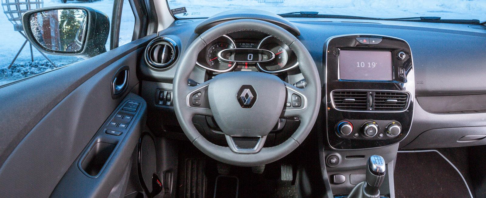 """Clio har fått lite mer ombonad känsla i och med """"ansiktslyftet"""". Lyckad kombination av knappar/rattar och lättskött multifunktionsskärm."""
