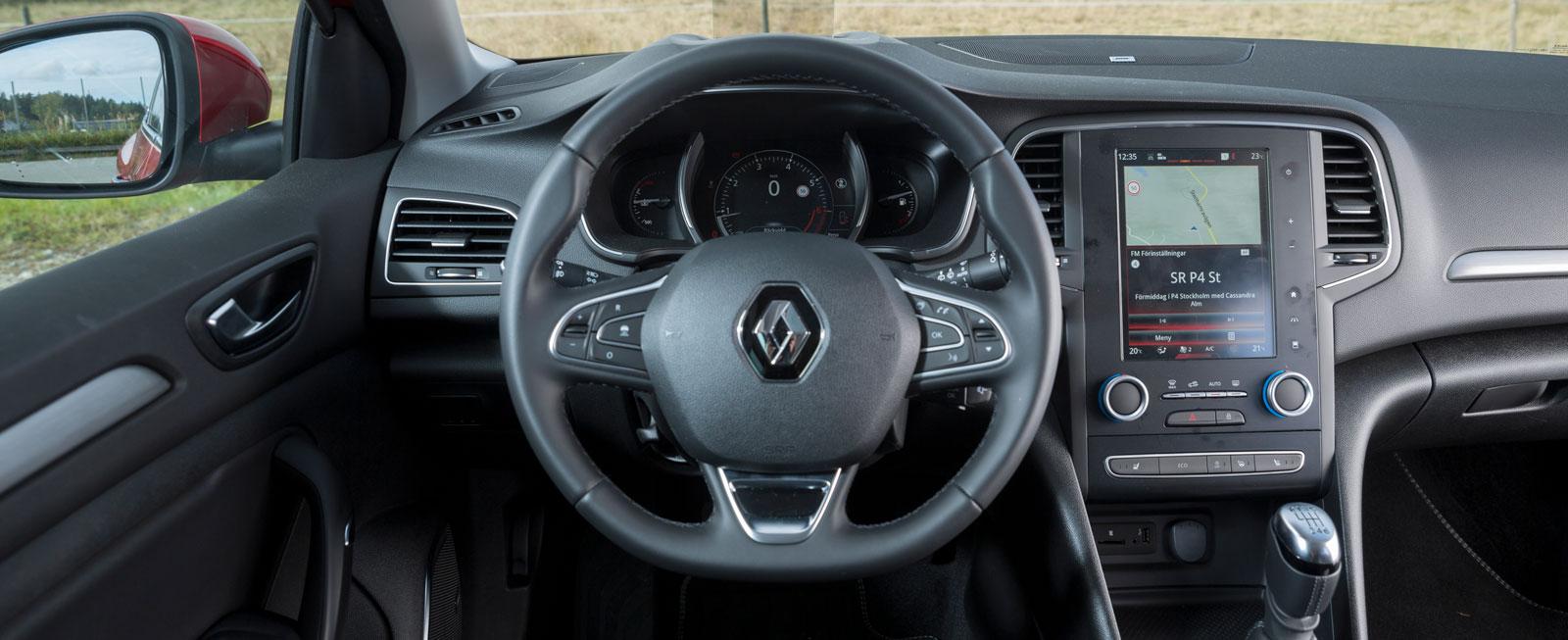 Renault stora skärm samlar mängder av funktioner som det tar tid att hitta och söka bland. Helheten blir därmed onödigt komplicerad. Bra rattreglage.