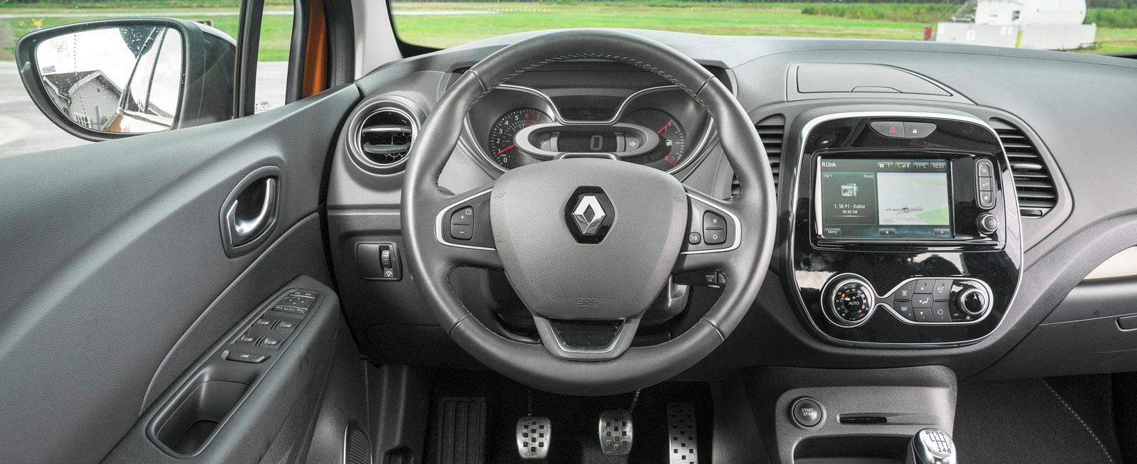Renault har satsat hårt på bättre inre kvalitetskänsla; resultatet är sisådär. Autobroms saknas och de obelysta rattknapparna är svårfunna i mörker.