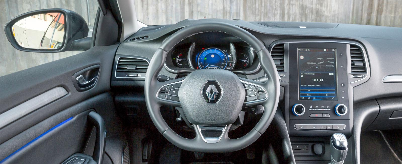 Renaults förarplats domineras av den stora pekskärmen (standard i Bose-paketet). Men för värme/ventilation används klokt nog fysiska reglage.