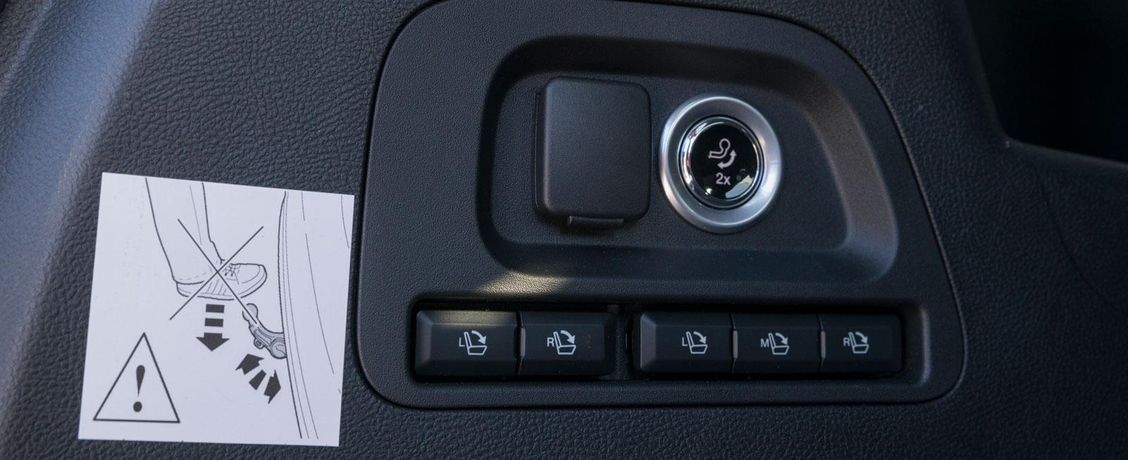 Knappmeny på bagagets innervägg för att automatiskt fälla ned bakstolarna (tillval för 1360 kr). Den elektriska dragkroken (10200 kr) åker både ut och in medelst knapptryckning.