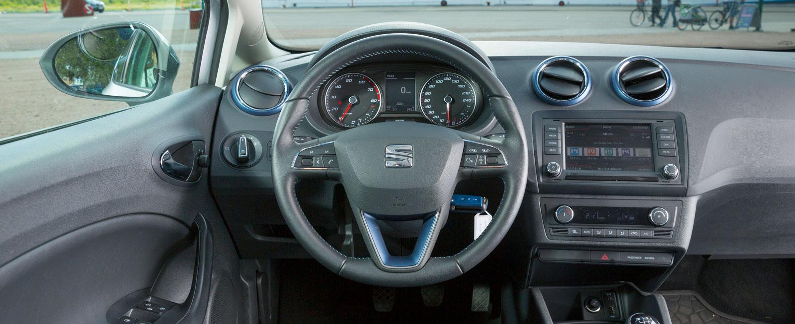 Stram och lättöverskådlig förarmiljö utan dolda knappar, enligt klassiskt VW-recept. Skön sittkomfort och god justermån på ratten.