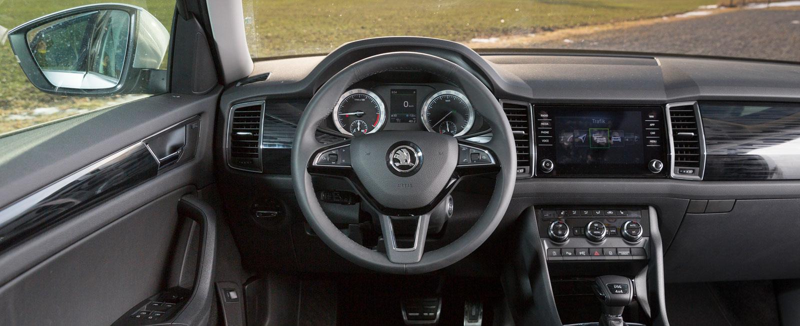 Testets välutrustade Kodiaq känns nästan som en lyxbil för föraren. Vettiga reglage i det mesta, bra körställning, utmärkt sikt och gott om prylplatser.