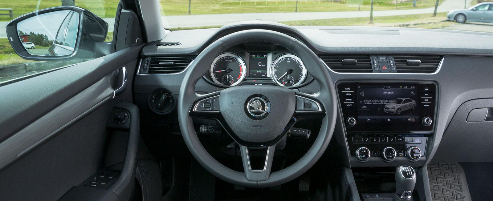 VW-koncernens formulär 1A, sedan har Skoda spetsat formerna lite här och var. Särskilt muntert är det knappast men allting är väldigt lätthanterligt.