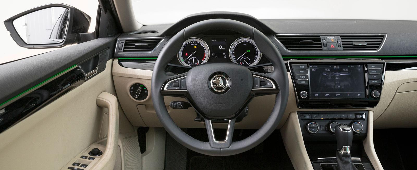 Mycket cockpit-känsla. Koncentrerad instrumentering. Högt placerad display och Head Up Display gör att blicken knappt behöver lämna vägen.