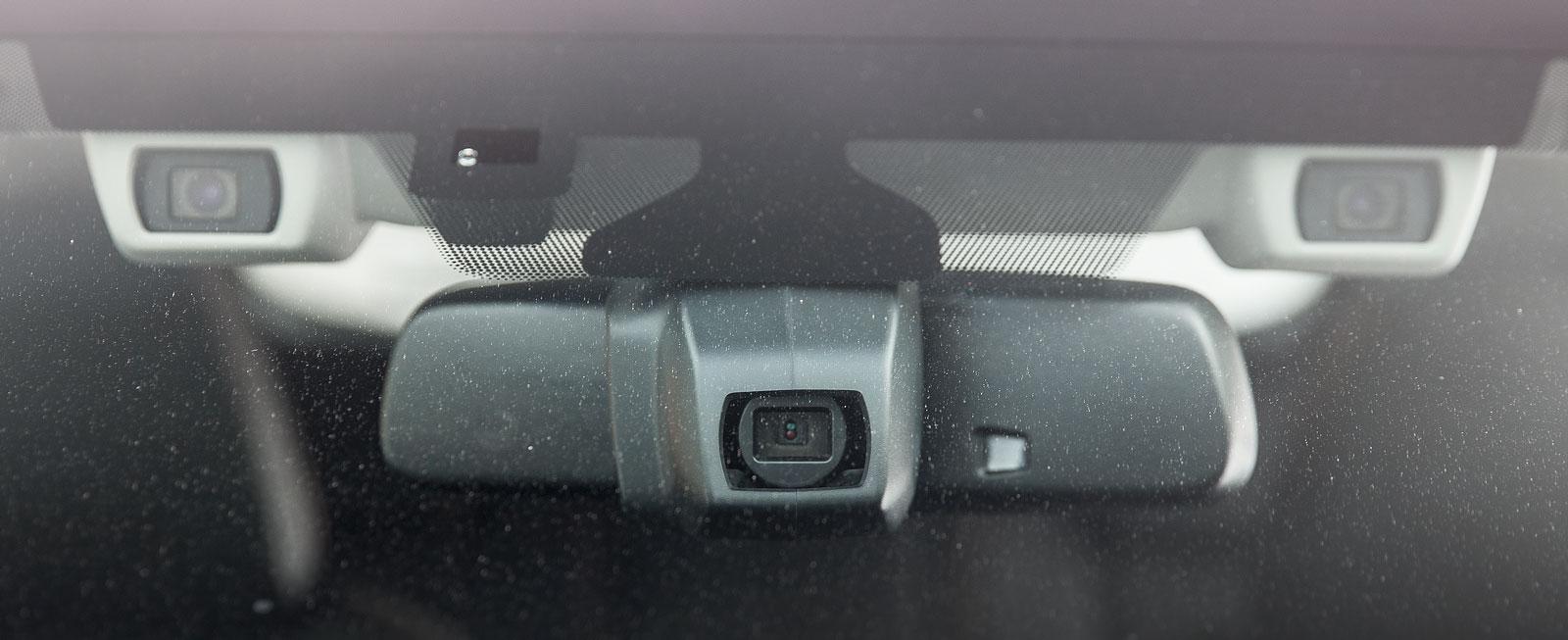 Nej, det är inte en drönare utan kamerasystemet EyeSight där registreringen för flera säkerhetsfunktioner och olika förarstödsystem samlats.