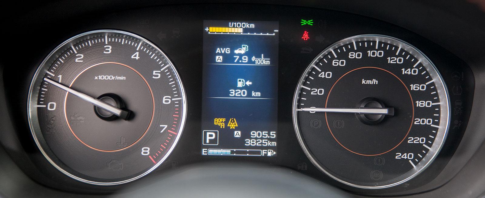 Subarus instrumenthus är mer färgglatt än Dacias och färddatorn mellan rundlarna har mer information att ge.