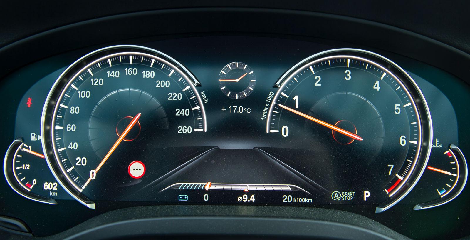 BMW:s helt elektroniska instrumentvisning ser analog ut och är mycket tydlig, trots rikhaltig information.