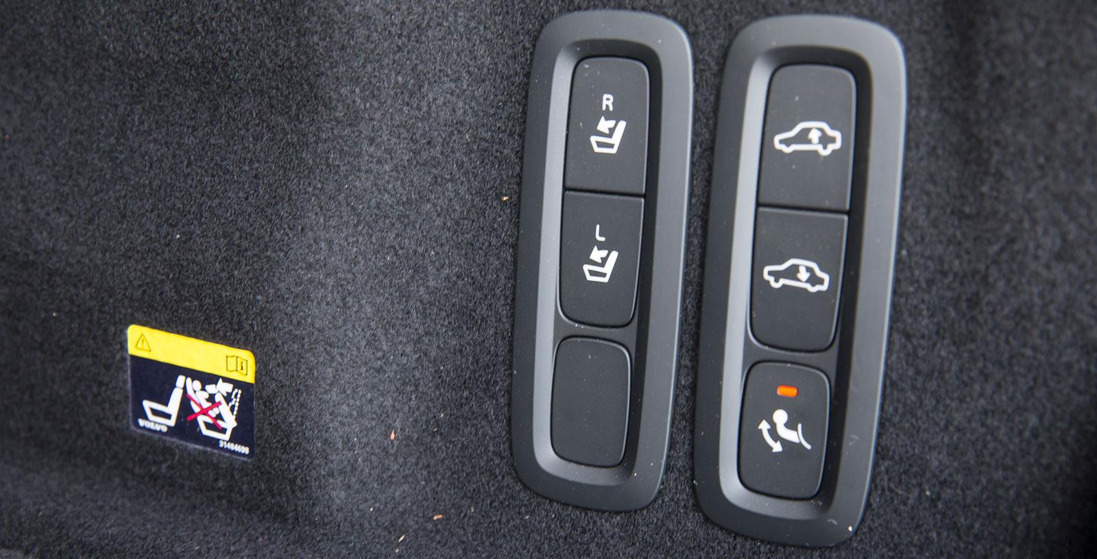 Lätt åtkomliga knappar för ryggstödsfällning, reglering av bakvagnshöjd och dragkrok finns i Volvos bagageutrymme.
