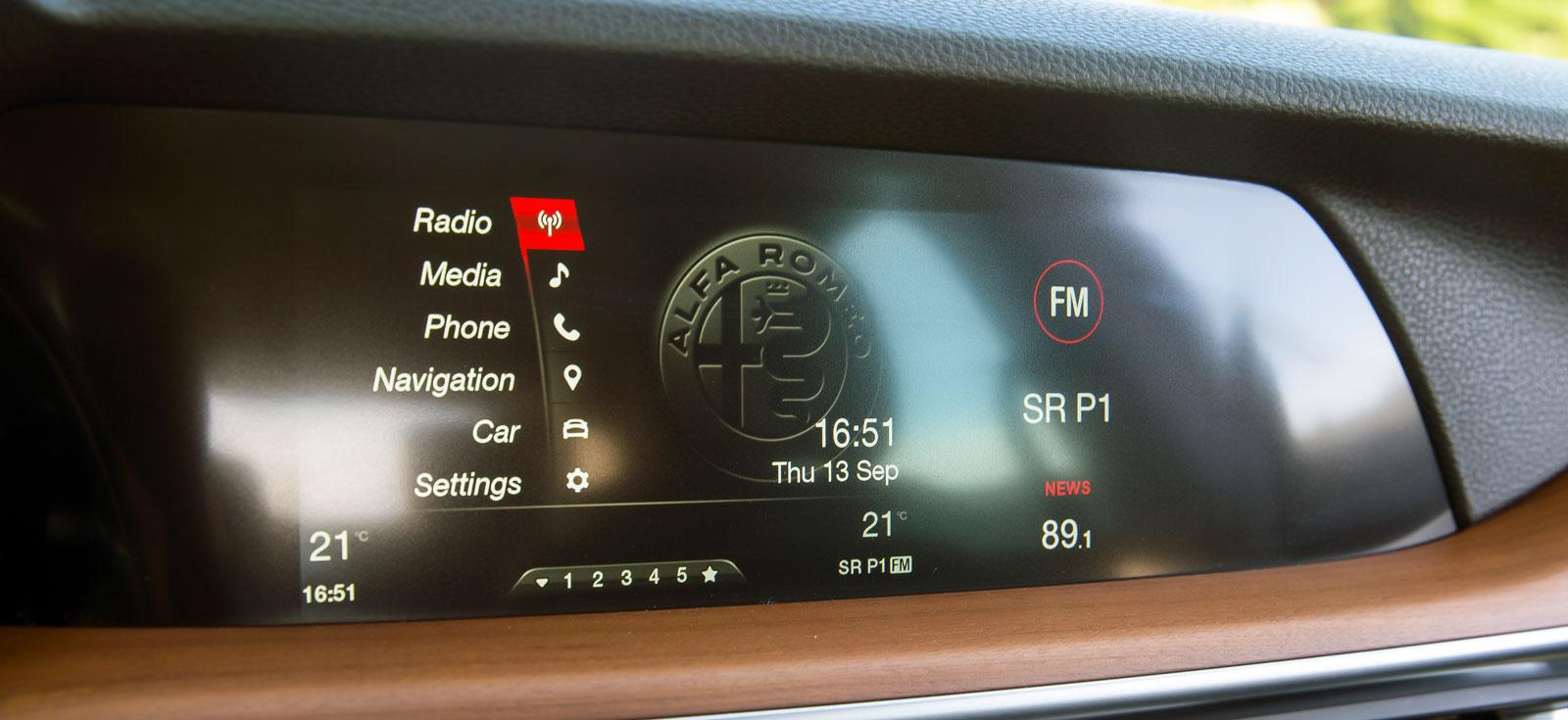 De viktigaste funktionerna finns men lika mångfacetterat som i BMW och Volvo är det inte i Alfa. Låg skärm ger begränsad ruttvisning på kartan.