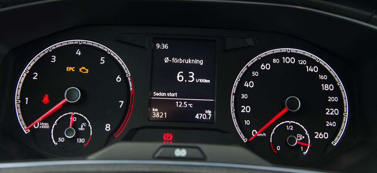 Instrumenteringen känns igen från övriga VW-programmet. Två stora och tydliga mätartavlor flankerar displayen för färddator/mediestystem.