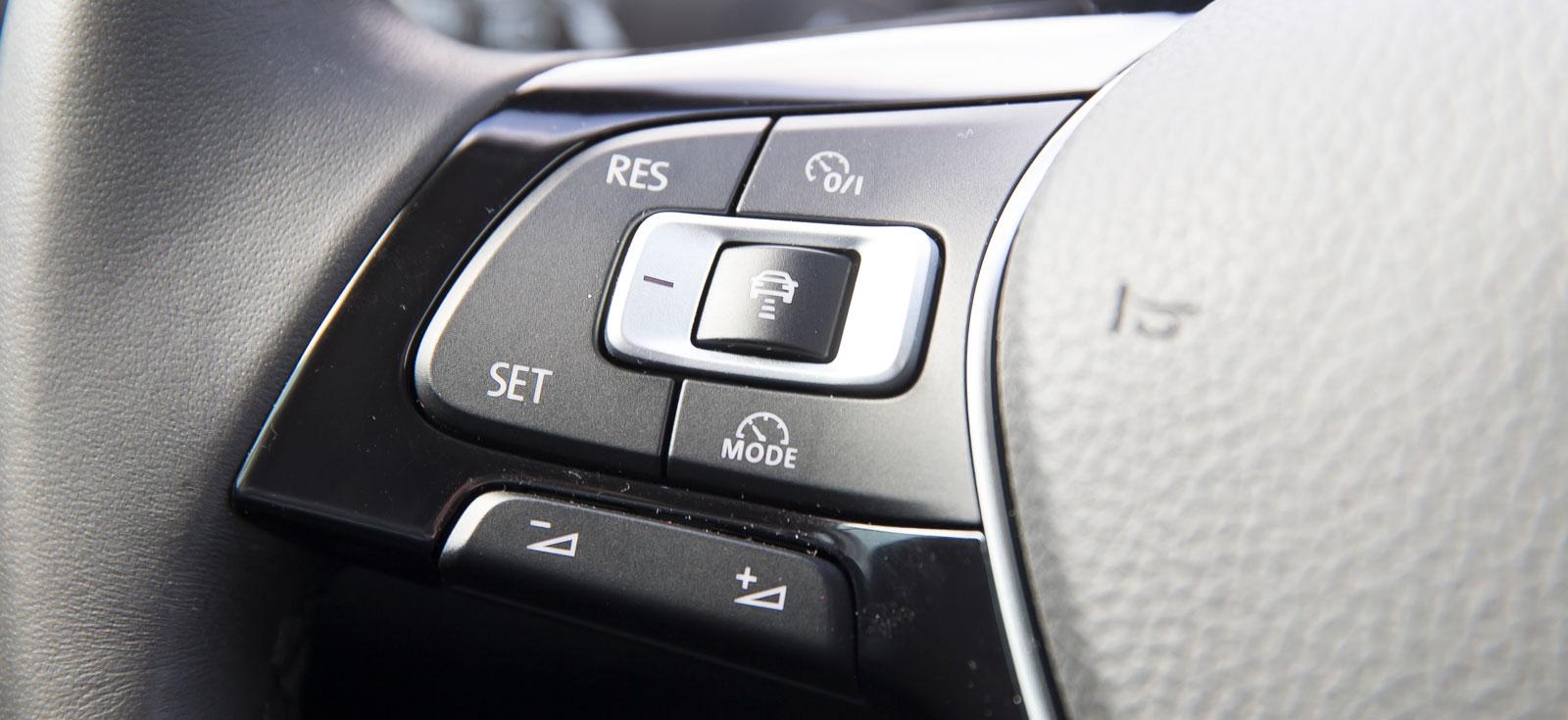 Adaptiv farthållare är standard på alla versioner av T-Roc. Den sköts smidigt med en knappsats  på vänster ratteker.