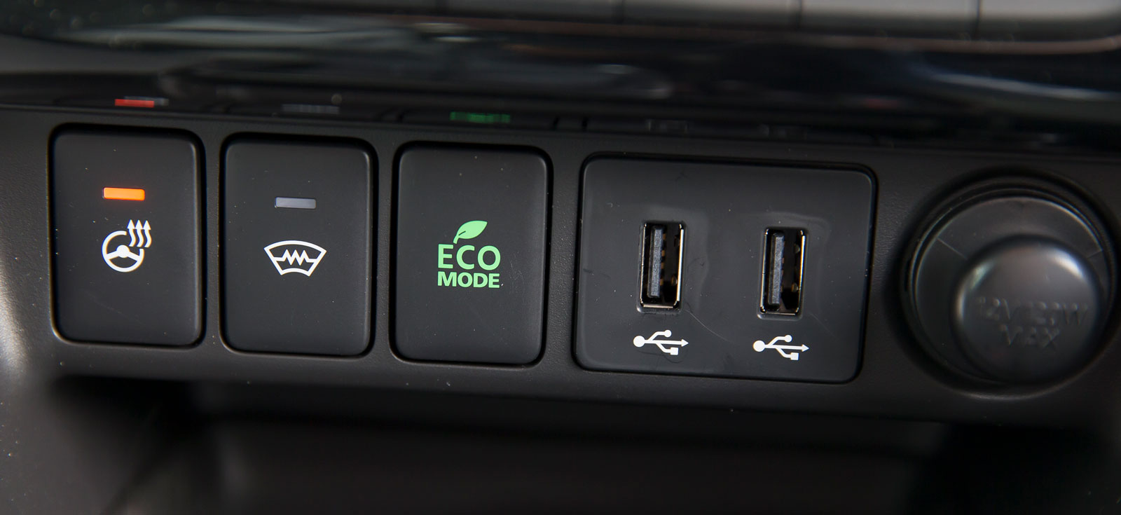 Rattvärme och elvärmd vindruta (knapparna t v) är standard. Eco-läge finns för den som vill spara dyra bränsledroppar.