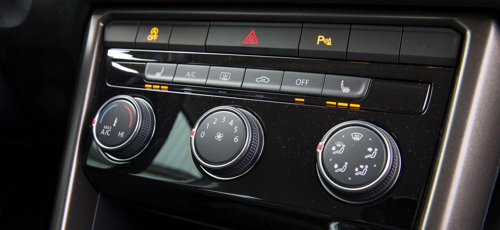 Bara vanlig luftkonditionering följer med på köpet om man väljer VW i basutförande. Den som vill ha automatisk klimatanläggning får finna sig i att betala 5600 kronor extra.
