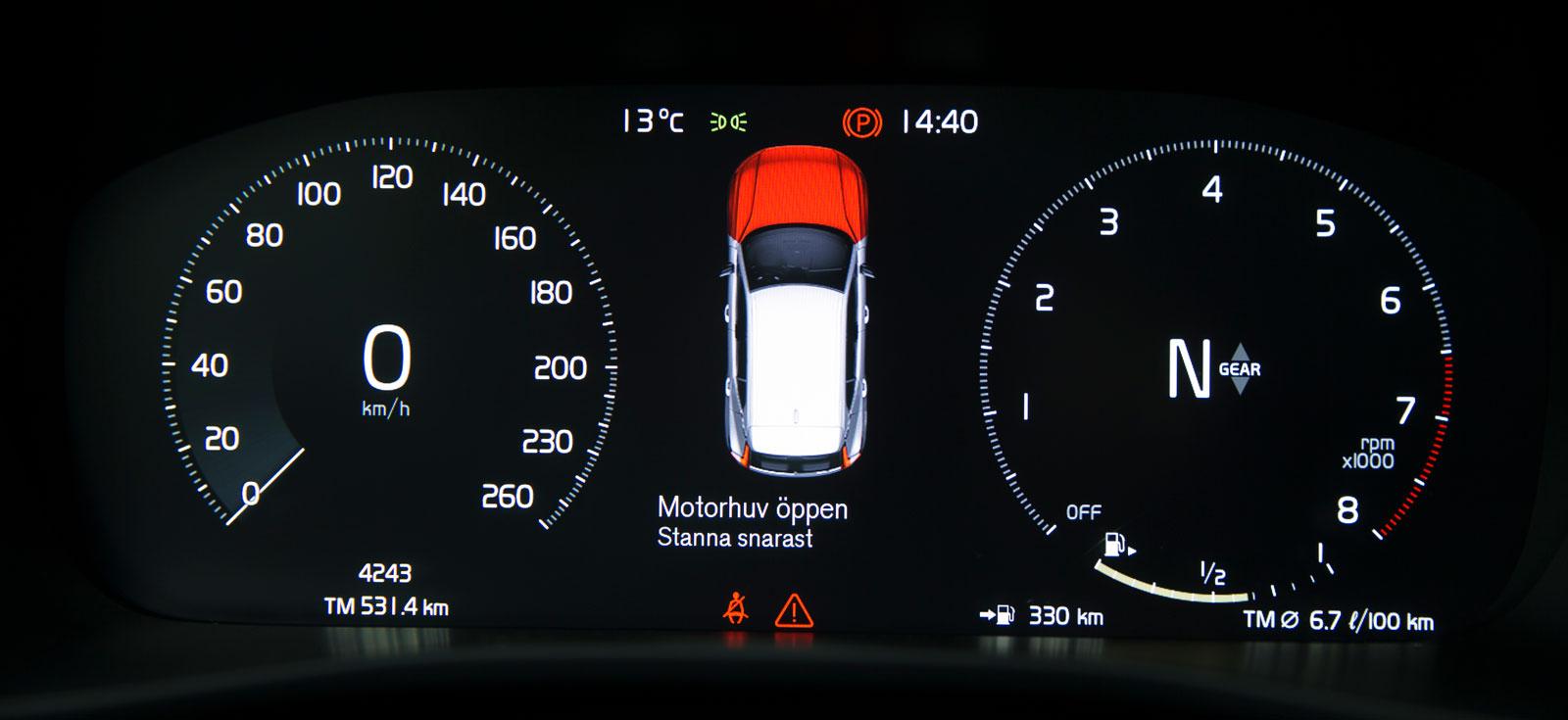 Volvos digitala instrument är testets tydligaste och elegantaste. Mellan mätarrundlarna visas olika typer av varningar samt  uppgifter från mediesystemet. Med inbyggd navigator (tillval) kan även kartbilden visas där.