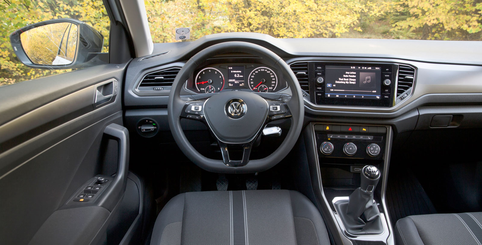 Mycket i T-Roc känns igen från andra bilar i VW-programmet. Förarstolen är skön och även i övrigt får ergonomin godkänt, liksom kvalitetskänslan. (Bild 2.)
