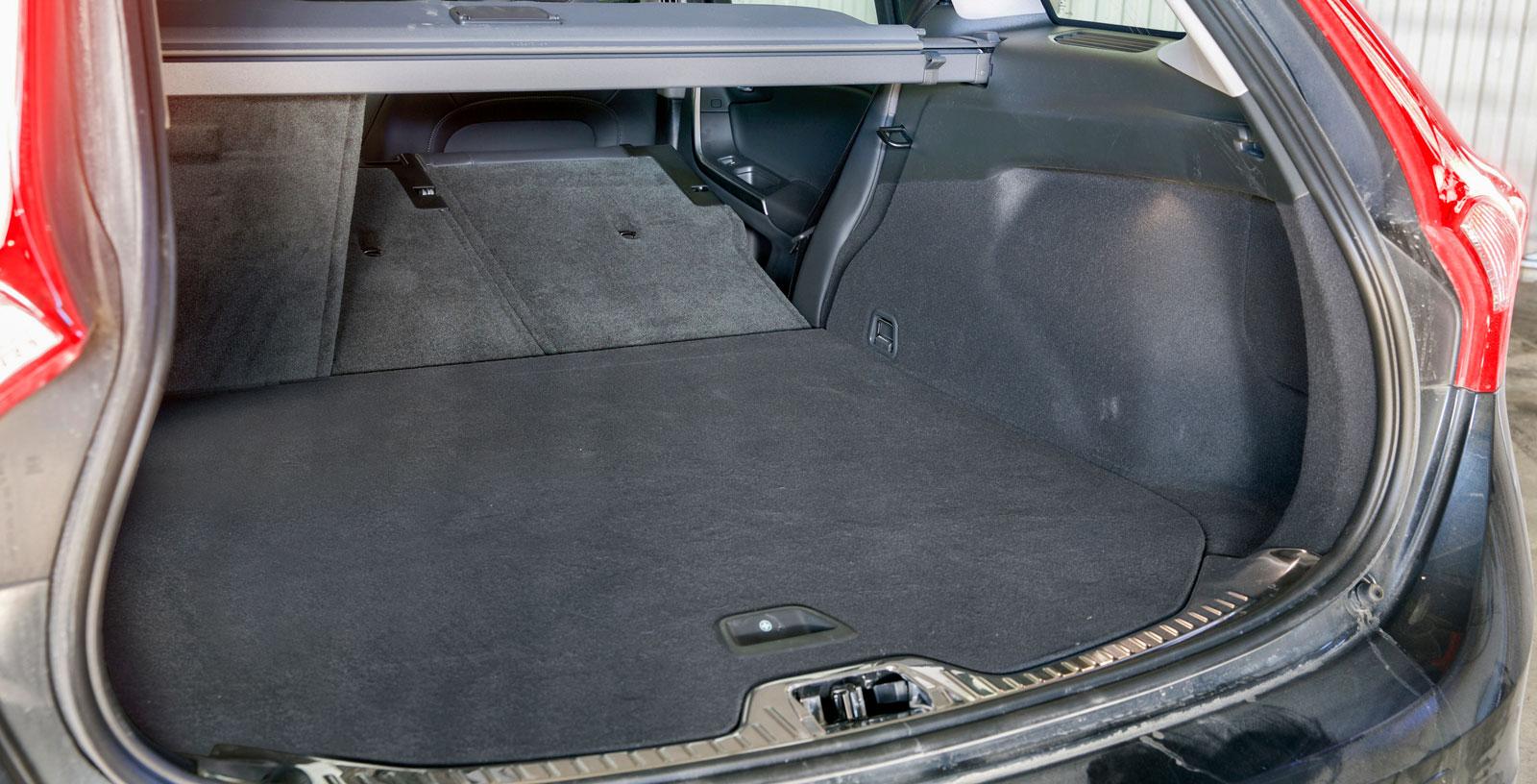 Volvos bagageutrymme är inskränkt både med uppfällt och nedfällt baksäte. Insynsskyddet är dessutom av betydligt simplare sort än i de tyska bilarna. Under golvet finns ett bra förvaringsfack och golvmattan är lätt att dammsuga ren.