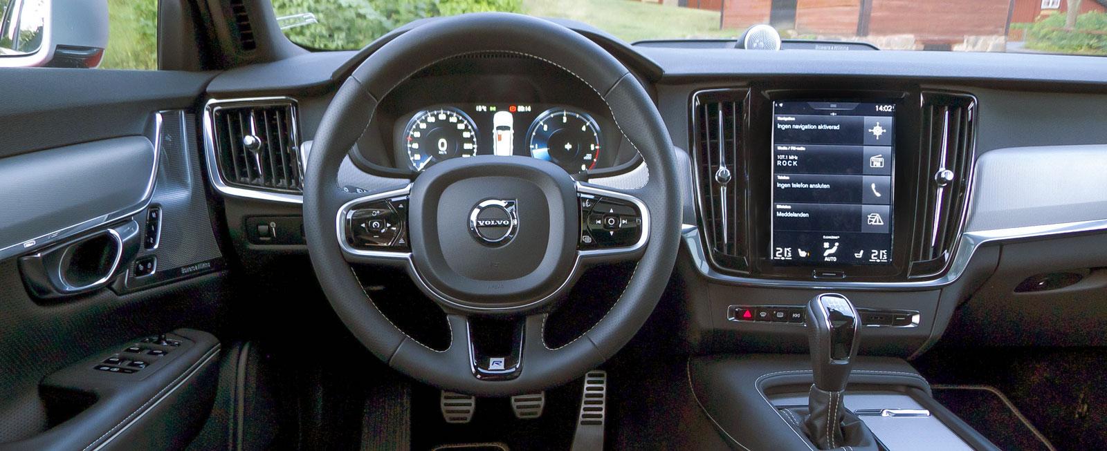 Stramare stil, bra ergonomi med nästan alla funktioner samlade i Sensusskärmens menyer. Finishen är lika hög i Volvo V90 som i de tyska bilarna.