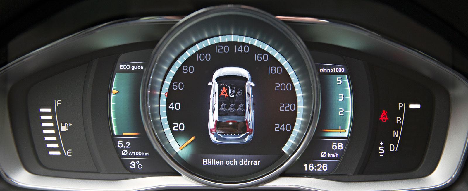 """Stort centralinstrument med olika """"lager"""" information samt två mindre skalor vid sidan av – en välbekant och fortfarande fräsch syn i Volvo."""