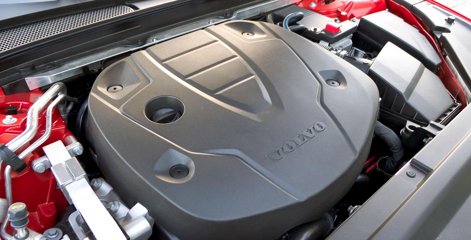 Volvos maskin känns frisk men arbetar inte riktigt lika vibrationsdämpat eller tyst som de båda tyska konkurrenternas.