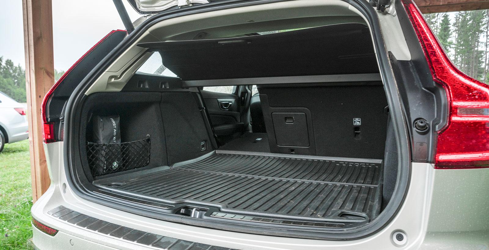 Alla mått för bagageutrymmet i nya V60 är klart större än för den gamla. Tillgängligheten är också bättre, tack vare att de bakre takstolparna rätats upp. Volymökningen till trots kunde vi inte lasta in fler backar i den nya bilen jämfört med den gamla.