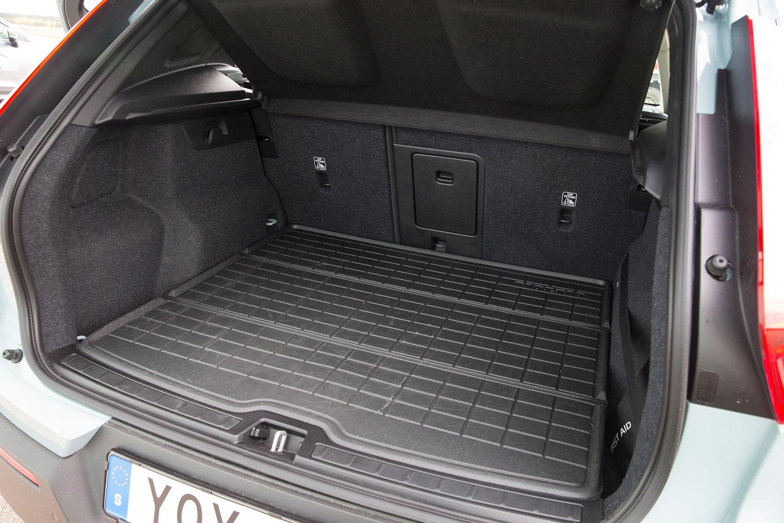 Volvo har en del smarta lastfinesser som inte finns hos konkurrenterna. Det delbara ryggstödet kan fällas elektriskt från lastutrymmet och de bakre nackskydden går med ett knapptryck att fälla från förarplats. 12 V-uttag finns, liksom dubbla kasskrokar, sidofack och ett rejält extrautrymme under lastgolvet.