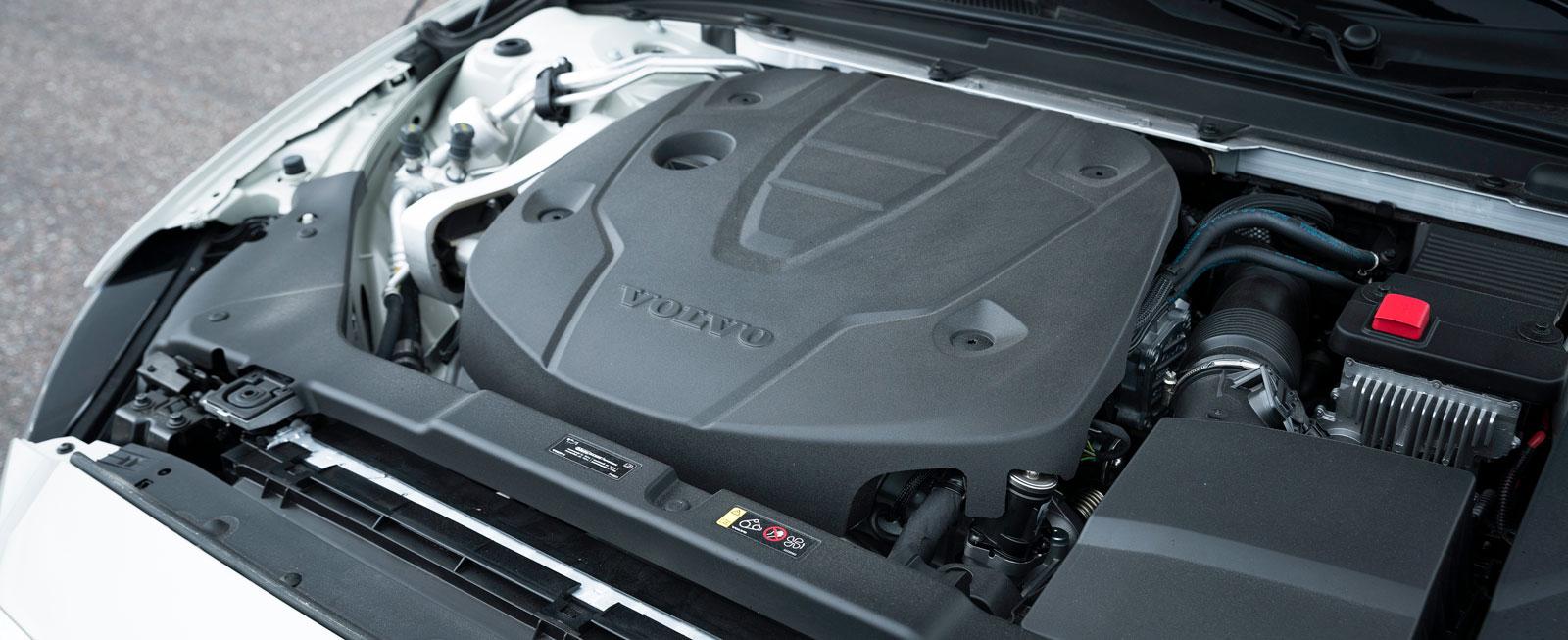 """Snålast i testet och stark i alla lägen, men riktigt lika väl avstämd som Audi är Volvo inte. Vid mellangas på lågvarv kan drivningen """"tappa andan""""."""