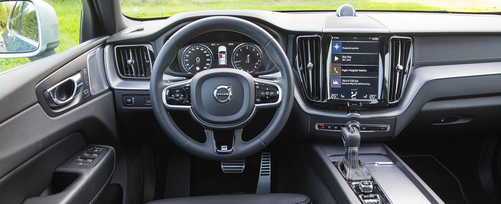 XC60 erbjuder Volvos nuvarande strama tema med variation. Få konventionella reglage, desto fler samlade i skärmen mitt i. Utmärkta konsolfack.