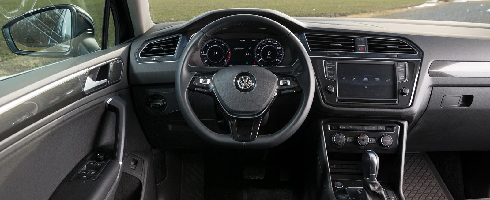 """I grunden samma reglageplaceringar som i Skoda, men körställningen är en smula annorlunda och lite """"busslik"""" i VW. Bra knappfunktioner i ratten."""