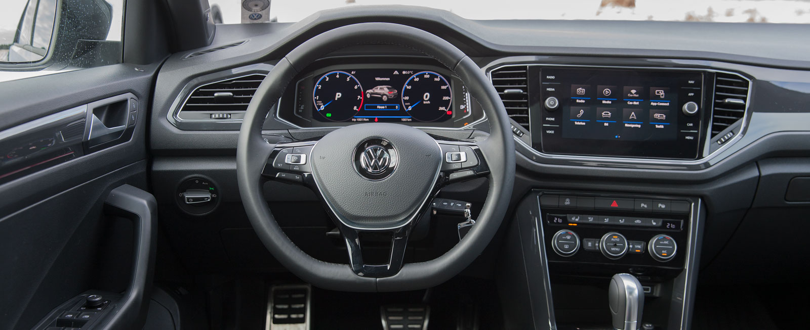 Bekant VW-stil, med mestadels god ergonomi. Klimatanläggningens panel är placerad långt ned och vissa plastpartier känns billigare än i Golf.