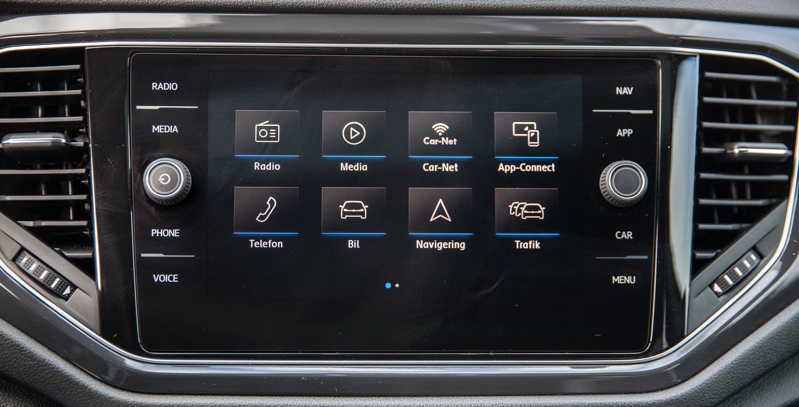I T-Roc, liksom i många andra VW-modeller, finns en nyutvecklad skärm med enkel skötsel och bra blandning av pekfunktioner och knappar. Mycket bra grafik.